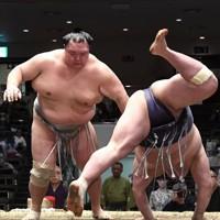 阿武咲(右)をはたき込みで破る北勝富士=東京・両国国技館で2020年11月21日、竹内紀臣撮影