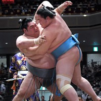 琴ノ若(右)を寄り切りで降す徳勝龍=東京・両国国技館で2020年11月21日、竹内紀臣撮影
