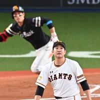 【巨人―ソフトバンク】六回表ソフトバンク2死一、三塁、栗原(奥)に2点二塁打を打たれ、打球の行方を見つめる巨人の菅野=京セラドーム大阪で2020年11月21日、徳野仁子撮影