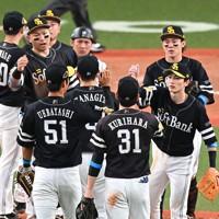 【巨人-ソフトバンク】日本シリーズ第1戦を制し、喜ぶソフトバンクの選手たち=京セラドーム大阪で2020年11月21日、徳野仁子撮影