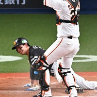 【巨人―ソフトバンク】四回表ソフトバンク2死二塁、デスパイネの左前打で本塁を狙った二塁走者の栗原(奥)をタッチアウトにした巨人の大城=京セラドーム大阪で2020年11月21日、徳野仁子撮影