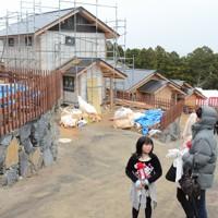 恒久復興住宅の入村式には入居を予定する被災者たちが次々に訪れた=宮城県石巻市で2011年11月23日午後2時52分、三村泰揮撮影