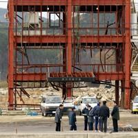 津波で多くの職員が犠牲になった防災対策庁舎で、現場検証する宮城県警の捜査員ら=宮城県南三陸町で2012年11月26日午前9時16分、小川昌宏撮影