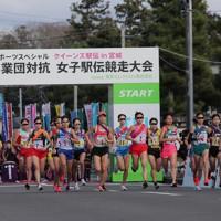 一斉にスタートする選手たち=宮城県松島町で2020年11月22日、和田大典撮影
