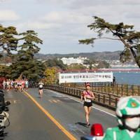 1区、松島海岸を走る選手たち。先頭は日本郵政グループの廣中璃梨佳=宮城県松島町で2020年11月22日、吉田航太撮影