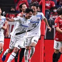 【浦和―ガ大阪】後半、ゴールを決めて喜ぶガ大阪の高尾(中央左)=埼玉スタジアムで2020年11月22日、宮間俊樹撮影