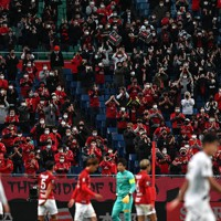 【浦和―ガ大阪】拍手で応援する浦和のサポーターたち=埼玉スタジアムで2020年11月22日、宮間俊樹撮影