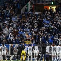 【浦和―ガ大阪】試合終了後、ガ大阪の選手たちに拍手を送るサポーターたち=埼玉スタジアムで2020年11月22日、宮間俊樹撮影
