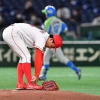 【東京都(セガサミー)-豊田市(トヨタ自動車)】二回表東京都1死一塁、北阪に右越え2点本塁打を浴びた豊田市の先発・栗林=東京ドームで2020年11月22日、平川義之撮影