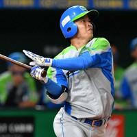 【東京都(セガサミー)-豊田市(トヨタ自動車)】二回表東京都1死一塁、北阪が右越え2点本塁打を放つ=東京ドームで2020年11月22日、平川義之撮影