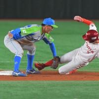 【東京都(セガサミー)-豊田市(トヨタ自動車)】二回裏豊田市無死、樺沢が右前打で二塁を狙うがタッチアウト(野手・中川)=東京ドームで2020年11月22日、西夏生撮影
