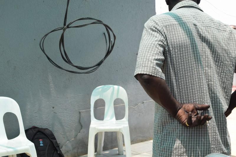 鉄道施設の略奪を続ける男が取材に応じた。自宅にはケーブルが無造作にぶら下がっていた=南アフリカ・ヨハネスブルクで2020年10月28日、平野光芳撮影