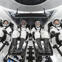 宇宙服で「クルードラゴン」の座席に座る野口聡一さん(右端)ら=米フロリダ州のケネディ宇宙センターで2020年11月15日、スペースX提供