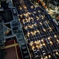 札幌駅ホーム上の駐車場。屋根に描かれたアルファベット表記の地名と矢印が、一つのアート作品になっている=札幌市中央区で2020年11月19日、貝塚太一撮影