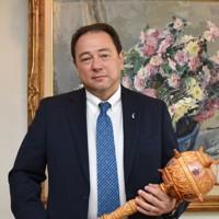 最初に投稿した際、ツイッターで話題になった「ブラバ」を持つウクライナのセルギー・コルスンスキー駐日大使=東京都港区のウクライナ大使館で2020年11月19日、中村聡也撮影