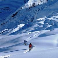 昨秋のダウラギリは雪が異常に多かった。写真は第1キャンプ上、標高5600メートル付近を歩くシェルパたち=2019年10月1日、藤原章生撮影