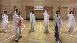 乾癬患者応援ソングのダンスコンテストで大賞に選ばれた北見赤十字病院チーム皮膚科のダンス動画の場面=アッヴィ提供