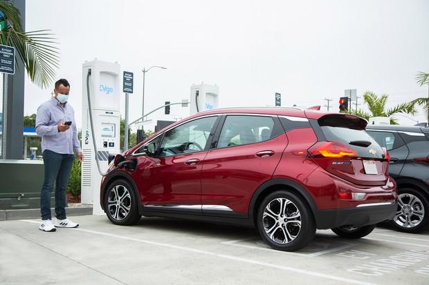 GMは食品スーパー、レジャー施設など交通量の多い2700カ所に急速充電設置を計画(同社提供)