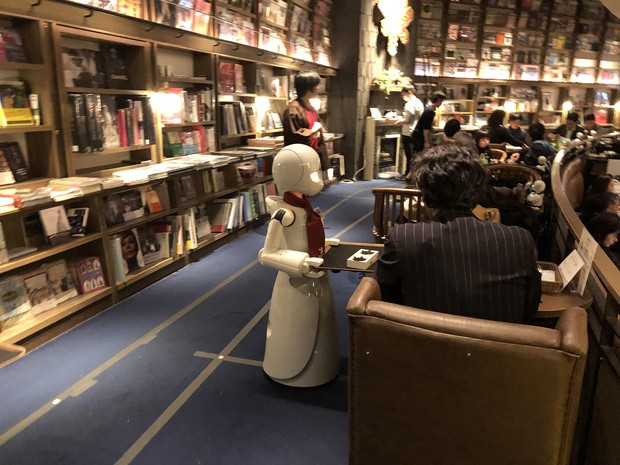 分身ロボットカフェの実証イベントで接客するオリヒメD オリィ研究所提供
