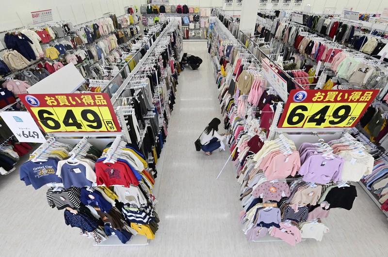 ハンガーに掛けた服の前面が見えるような形で陳列されている西松屋の店舗=大阪市住吉区の住吉遠里小野店で2020年10月20日、藤井達也撮影