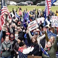 7日、米中西部ノースダコタ州の集会に集まったトランプ大統領の支持者=Mike McCleary/The Bismarck Tribune提供、AP共同