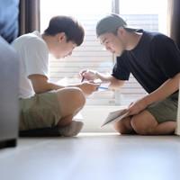 自宅で台湾からの留学生の李家維さん(左)と日本語の勉強をするマレーシアから来たロエクス・タンさん(右)。2人は外国人留学生の入国制限の緩和に合わせて再来日。ロエクスさんは「日本のアニメやドラマが好きで、日本で俳優の仕事が欲しく留学を決めた。日本語の勉強が十分ではなかったので再来日を決めました」と話す=東京都中野区で2020年9月21日、宮武祐希撮影