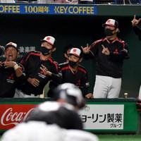 【岡崎市(三菱自動車岡崎)-東京都(JR東日本)】一回表岡崎市無死、先制の本塁打を放ち、生還した飯嶋(左手前)を笑顔で迎える岡崎市の選手たち=東京ドームで2020年11月25日、平川義之撮影