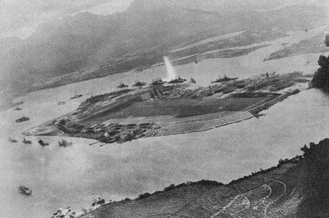 American battleships are seen being attacked by the Imperial Japanese Navy Air Service in Pearl Harbor, Hawaii, on Dec. 8, 1941 (Dec. 7 Hawaii time). (Mainichi)