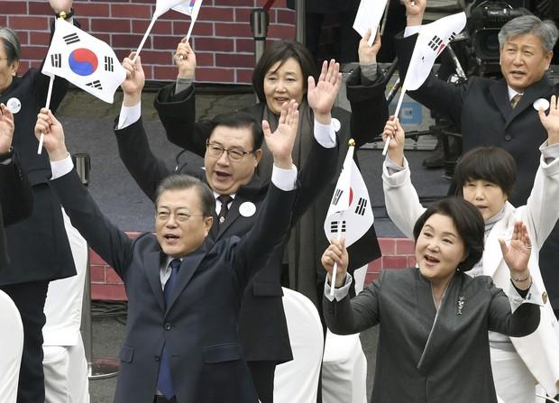 ソウル市内で開かれた三・一独立運動の式典に参加した韓国の文在寅大統領(手前左、共同通信提供)