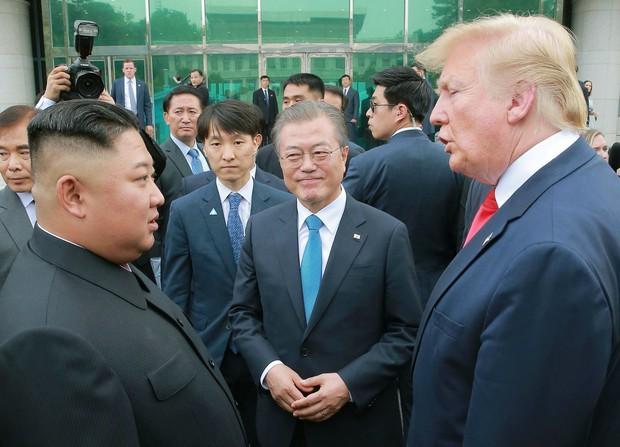 米朝首脳会談内幕 見栄え重視、非核化後回し  2019年6月、板門店で対面した(左から)北朝鮮の金正恩朝鮮労働党委員長、韓国の文在寅大統領、トランプ米大統領(朝鮮中央通信=共同)