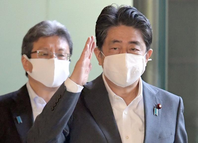 安倍晋三首相(右、当時)と今井尚哉首相補佐官=首相官邸で2020年9月9日、竹内幹撮影