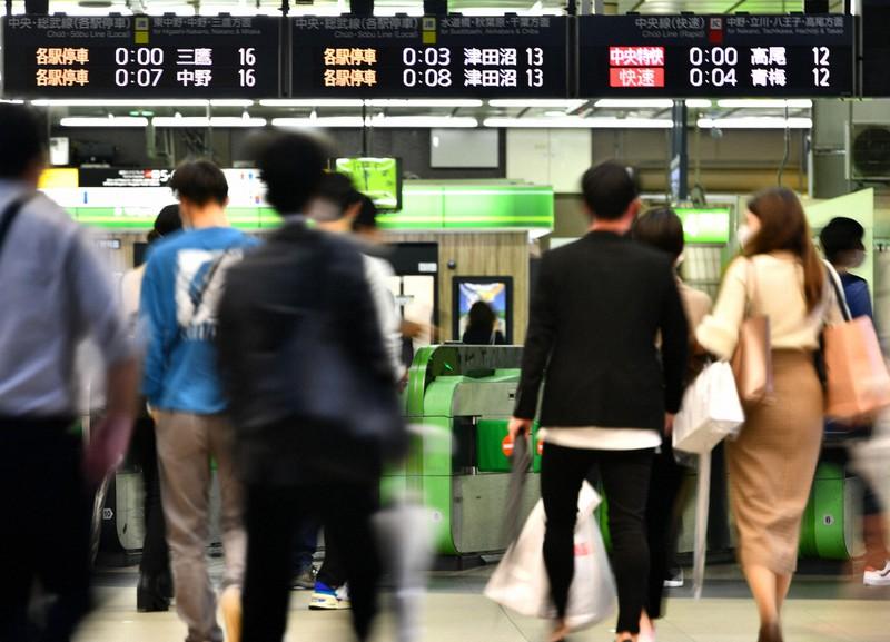 終電を前に家路につく乗客たち=東京都新宿区で2020年9月25日午後11時58分、西夏生撮影