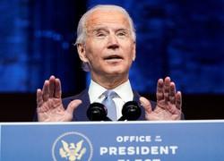 24日、米デラウェア州ウィルミントンで話すバイデン次期大統領(ロイター=共同)