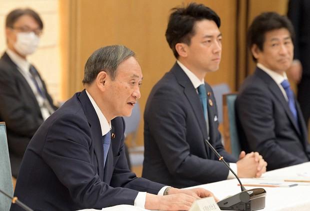 小泉進次郎環境相(中央)は菅義偉首相(左)に「ゼロ宣言」の打診を続けていたという(首相官邸で10月30日)