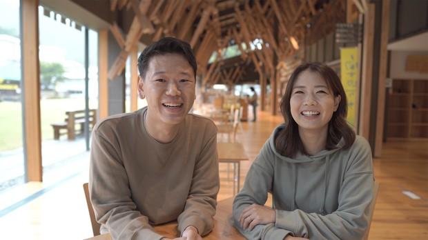 塚原壯太さん(左)、こなつさん夫婦(高知県梼原町立図書館にて)(本人提供)