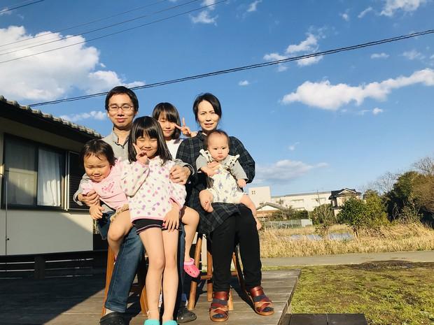 一家6人で実家に移り住んだ木村智浩さん(左上)(本人提供)