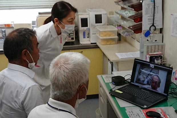 保戸島診療所で画面越しに医師と話す住民
