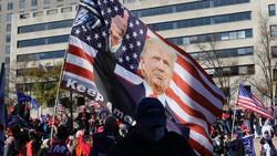 集会の会場で掲げられたトランプ氏の大旗=米ワシントンで2020年11月14日、高本耕太撮影