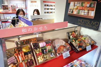今年ならではの趣向をこらした商品が並ぶ百貨店のおせち売り場=東京都中央区の松屋銀座で2020年11月13日、藤井太郎撮影