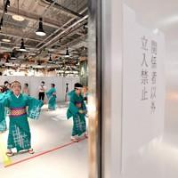 パーティションで囲った空間で舞う踊り手。関係者以外は立ち入り禁止で行われた=大阪府八尾市で2020年11月6日、山田尚弘撮影