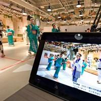踊りの様子は2時間にわたってインターネットで生中継された=大阪府八尾市で2020年11月6日、山田尚弘撮影