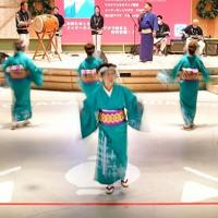 テープで区切られた範囲内で踊りを披露する踊り手=大阪府八尾市で2020年11月6日、山田尚弘撮影