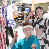 適度に距離を保ちながら踊る踊り手たち=大阪府八尾市で2020年11月6日、山田尚弘撮影