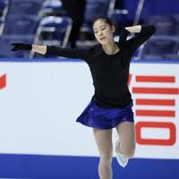 フィギュアスケートNHK杯の前日練習で滑る川畑和愛=東和薬品ラクタブドームで2020年11月26日(代表撮影)