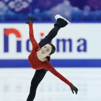 フィギュアスケートNHK杯の前日練習で滑る本田真凜=東和薬品ラクタブドームで2020年11月26日(代表撮影)