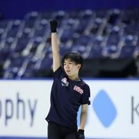 フィギュアスケートNHK杯の前日練習で滑る佐藤駿=東和薬品ラクタブドームで2020年11月26日(代表撮影)