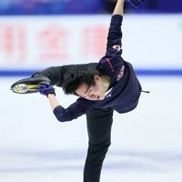 フィギュアスケートNHK杯の前日練習で滑る鍵山優真=東和薬品ラクタブドームで2020年11月26日(代表撮影)