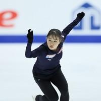 フィギュアスケートNHK杯の前日練習で滑る河辺愛菜=東和薬品ラクタブドームで2020年11月26日(代表撮影)