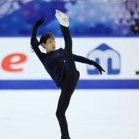 フィギュアスケートNHK杯の前日練習で滑る三原舞依=東和薬品ラクタブドームで2020年11月26日(代表撮影)
