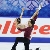 フィギュアスケートNHK杯の前日練習で滑るアイスダンスの村元哉中・高橋大輔組=東和薬品ラクタブドームで2020年11月26日(代表撮影)